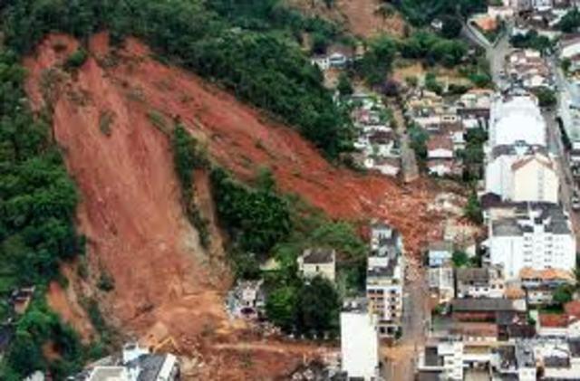 DESLIZAMENTO DE TERRA NO RIO