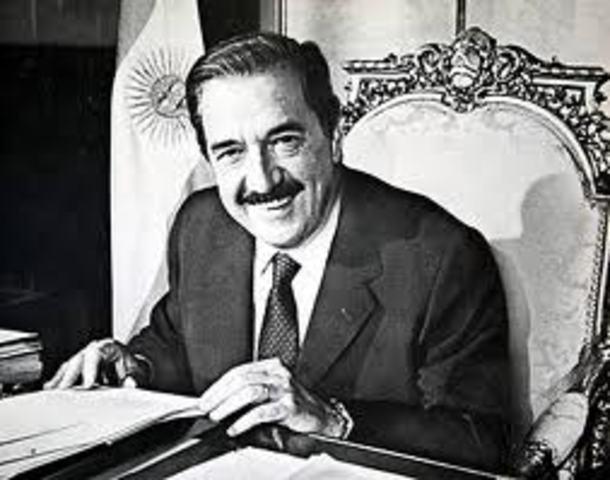 Raúl Alfonsín asumió la presidencia