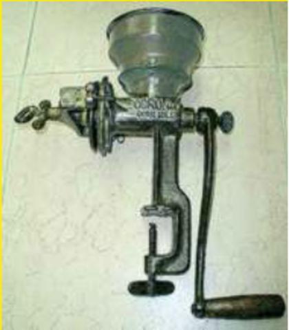 Inicia la producción de ollas a presión y molinos manuales.