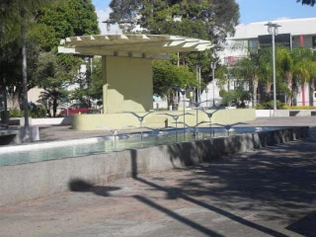 Nombre de la plaza pública y reseña de la persona