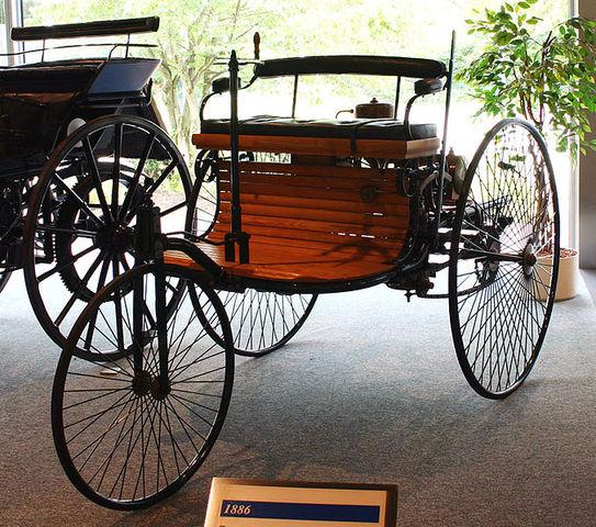 Primer automóvil de combustión interna.