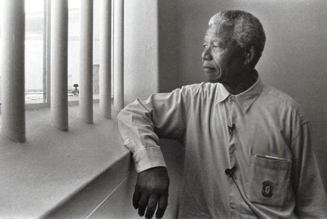 1991 Fin de la segregación racial en Sudáfrica.