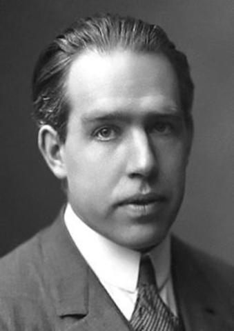 kärnkraft, Niels Bohr blir tilldelad nobelpriset i fysik för sin forskning om atomenars uppbyggnad