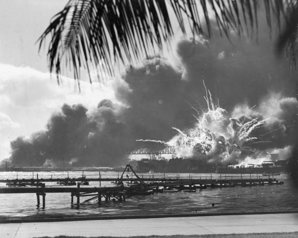 Japón bombardea la base Pearl Harbor (Hawai) de Estados Unidos