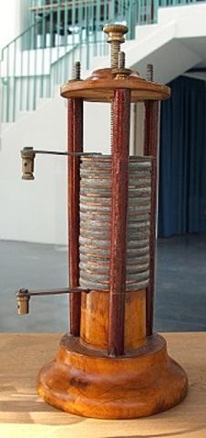 Alessandro Volta descubre la pila eléctrica.