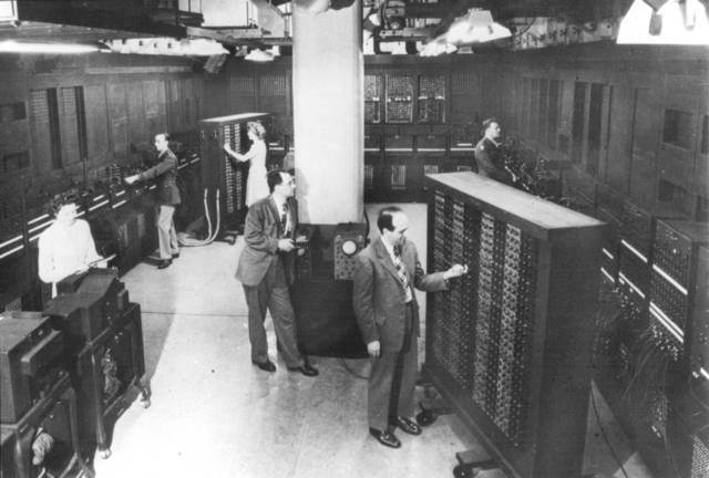 ENIAC (Electronic Numerical Integrator And Computer) John W. Mauchly y John P. Eckert