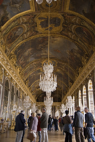Louis XIV builds palace of Versailles