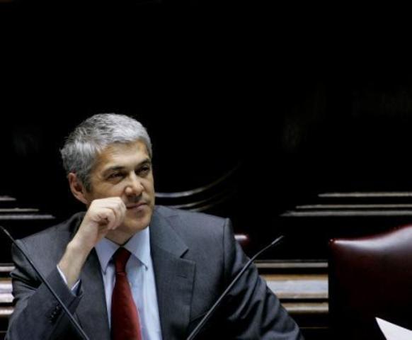 José Sócrates é eleito Secretário-Geral do Partido Socialista no seguimento da demissão de Ferro Rodrigues