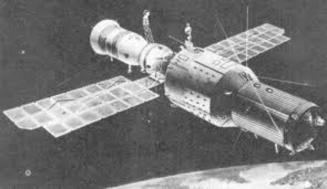 Unión Soviética lanza la primera estación orbital espacial Soyuz
