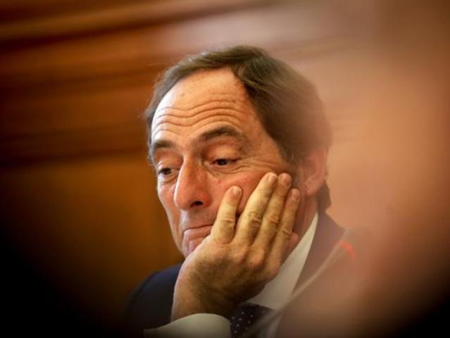 O Ministro dos Negócios Estrangeiros, Paulo Portas, apresenta demissão descontente com a nomeação de Maria Luís Albuquerque para ocupar a pasta das Finanças