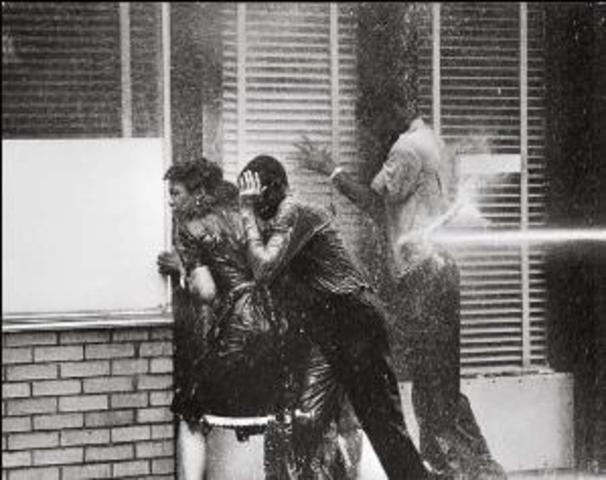"""""""Bull"""" Connor uses fire hoses on black demonstrators"""