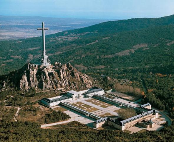 El dictador Francisco Franco inaugura el monumento del Valle de los Caídos