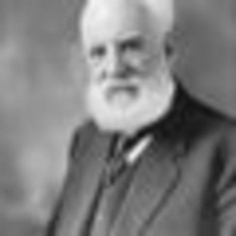 Alexander Graham Bell inventó el teléfono.