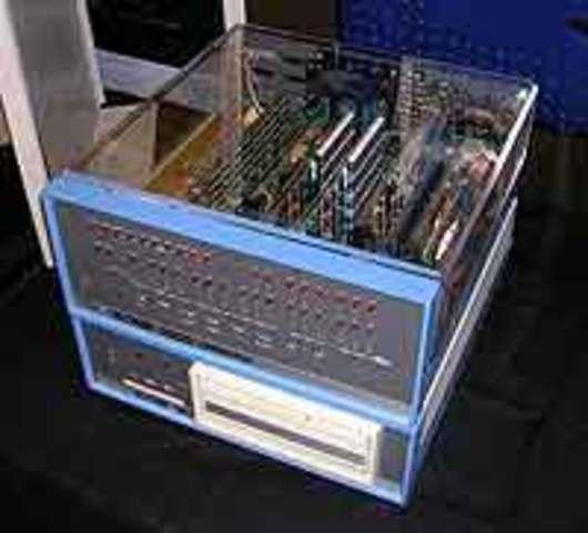 первый микрокомпьютер Altair 8800 фирмы MITS