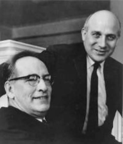 John William Mauchly  e John Presper Eckart Jr desenvolveram o Eniac, o primeiro computador eletrônico.