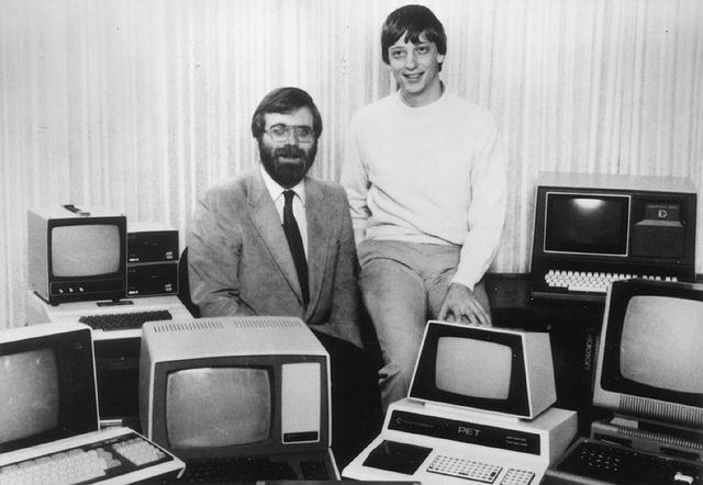 Bill Gates e Paul Allen fundam a Microsoft.