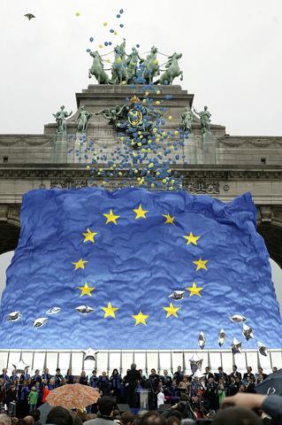 España se incorporó a la Comunidad Económica Europea, precursora de la Unión Europea  1986