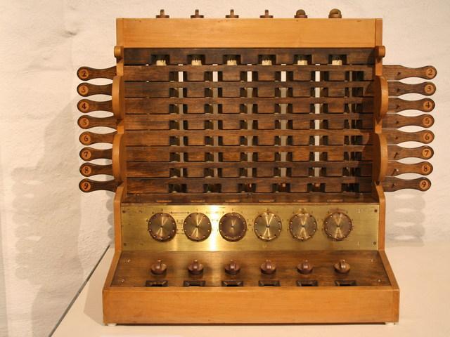 Wilhelm Schickard construiu uma calculadora mecãnica.