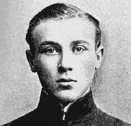 Окончил Киевскую гимназию,поступил на медицинский факультет Киевского университета.