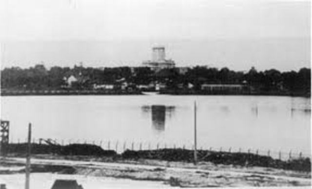 British troops retreat to Singapore and bombed the causeway