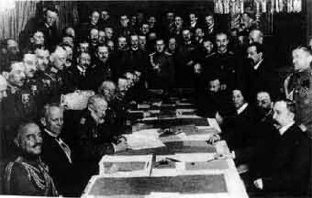 Tratado de Brest-Litovsk (Rusia acepta las condiciones de Alemania).