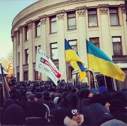 Сотни тысяч человек вышли протестовать на улицы Киева.