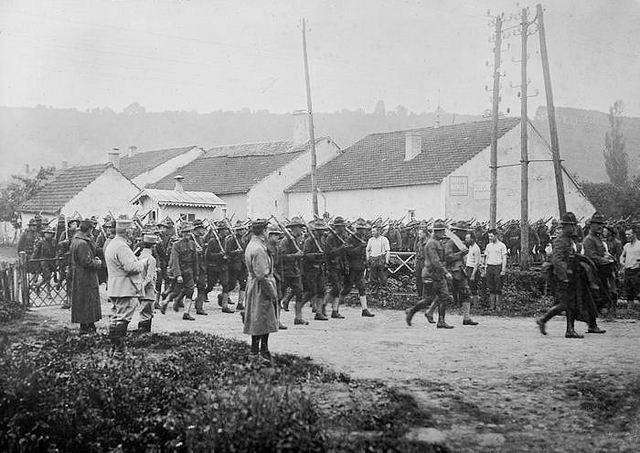 The first US troops arrive in France