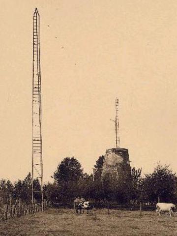 De Kortrijkske radiozender WVRO wordt gebombardeerd door de Engelsen
