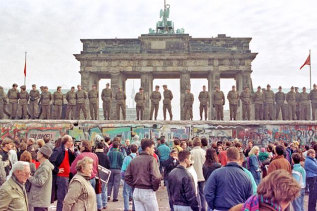 Berlinmuren blir bygget.