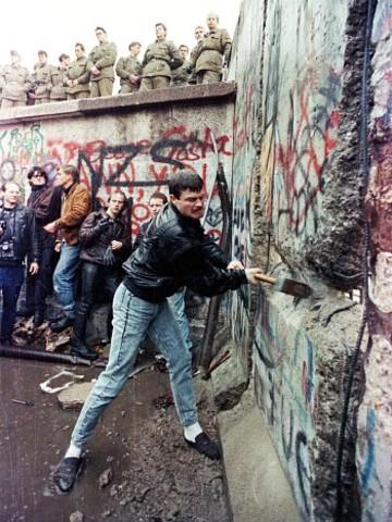 Berlinmuren begynner å bli revet ned