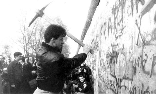 Berlinmuren blir revet.