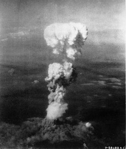 se lanza la bomba atomica