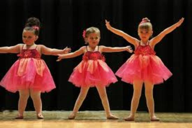 Cuando yo tenía cinco años, yo bailaba con mis amigos.
