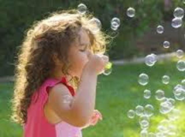 Cuando yo tenía ocho años, yo soplaba burbujas en mi patio trasero.