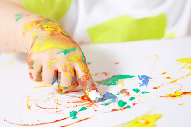 Cuando yo tenía once años, yo hacía joyería, yo leía cuentos, y yo pintaba con mis dedos.