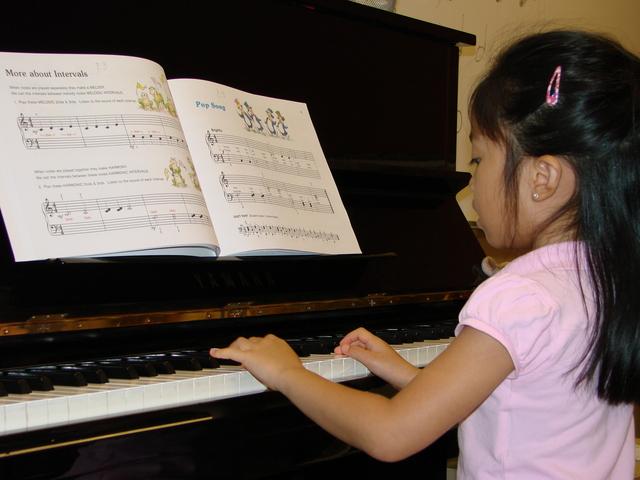 Cuando yo tenía catorce años, yo tomé lecciones de piano, yo saltaba la cuerda, y yo practicaba como cantar.