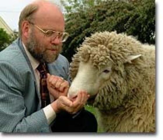 """produce la primera oveja clonada llamada """"Dolly"""" a partir de una célula adulta"""