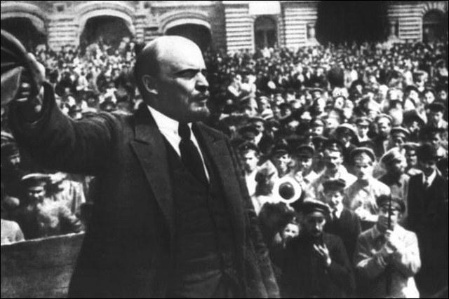 Lenin toma el poder en Rusia.