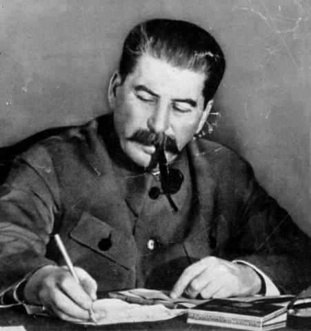 Stalin se convierte en dirigente de la URSS.