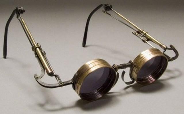 Roger Bacon inventa las gafas
