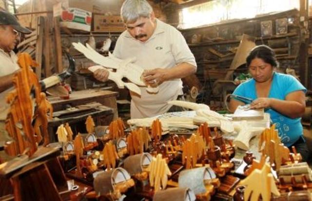 Artesanos evaluando calidad de sus productos