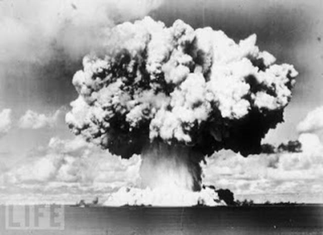 Lanzamiento de bomba atómica a Japón.