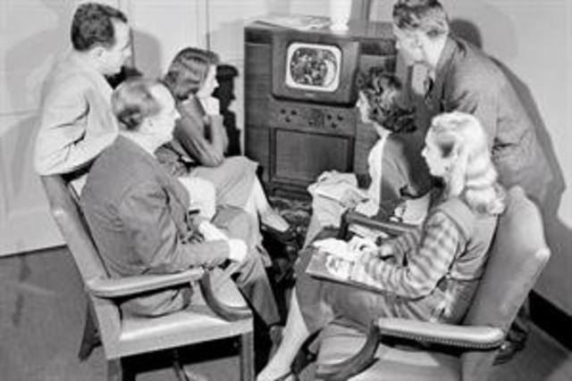 Televisión: primera emisión.