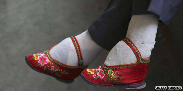 961 AD : foot binding