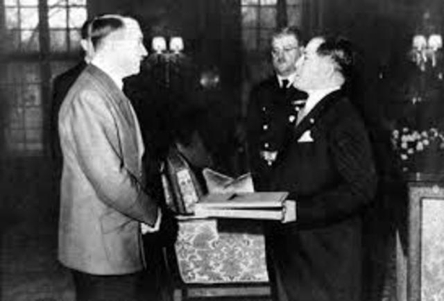 Hitler shows support for Japan