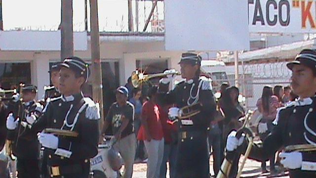 Desfile de la banda de guerra en la preparatoria.