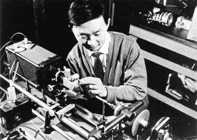 Charles Kao utiliza por 1ª vez fibra óptica para conversaciones telefónicas
