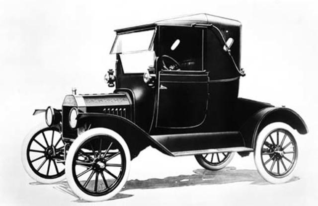 Henry Ford comenzó a producir automóviles en una cadena de montaje con el Ford modelo T.