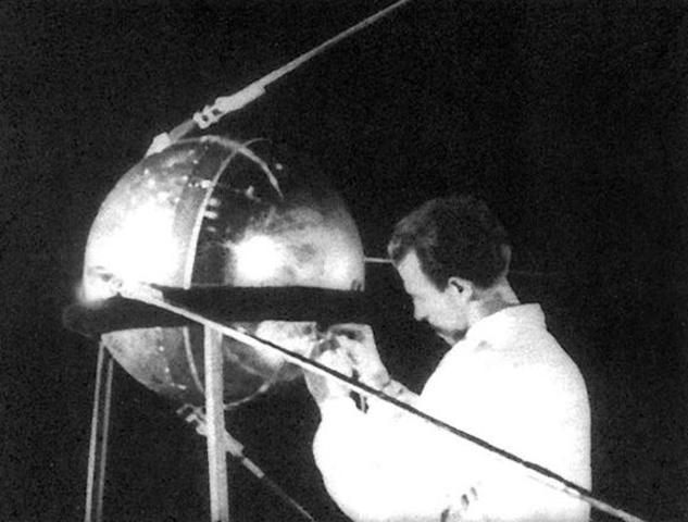 La Unión Soviética lanzó al espacio el primer satélite artificial del mundo, el Sputnik I.