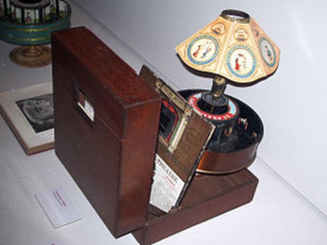 Se inventa el Praxinoscopio